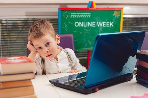 집에서 온라인 학교에 있는 아이