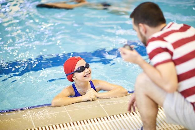 Ребенок на уроке плавания