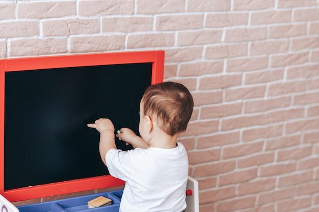 黒板に子供