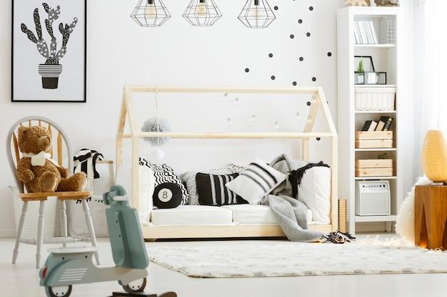 Детская спальня с деревянной кроватью