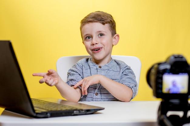 집에서 자신의 동영상 블로그를 녹화하는 아동 블로거