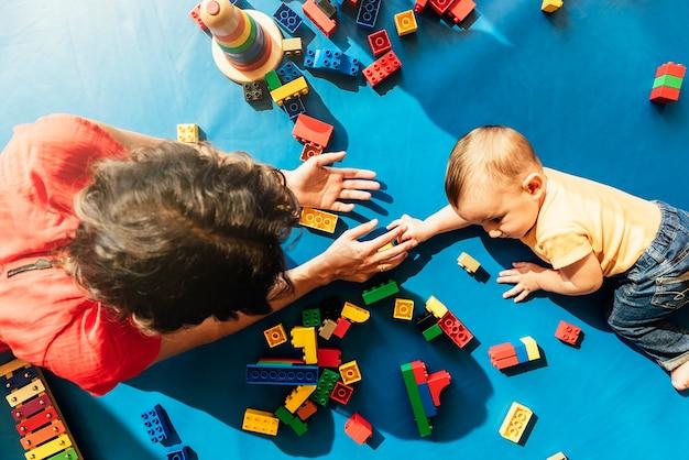 교육 장난감을 가지고 노는 아이 소년과 어머니.