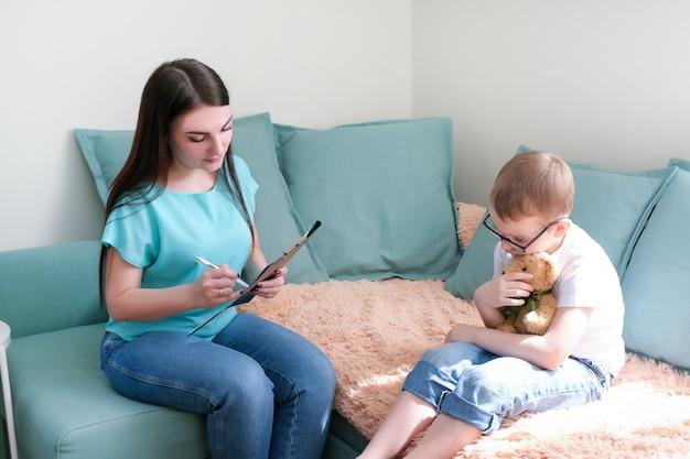 심리학자 사무실에 있는 어린 소년. 아이와 이야기하는 심리학자, 학생 문제