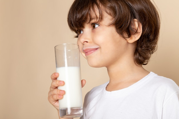 子供男の子甘いピンクの白い全乳を飲む