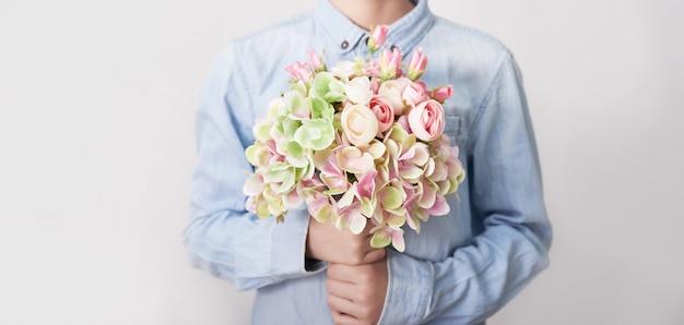 Ребенок мальчик с букетом цветов. день матери