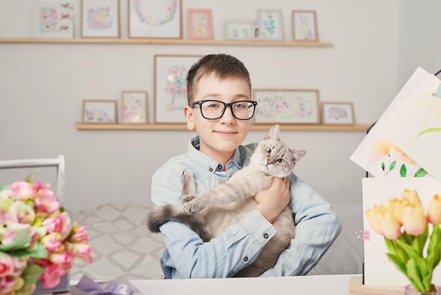 猫と子供男の子
