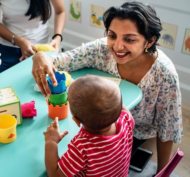 保育園で先生と子供のビルディングブロック