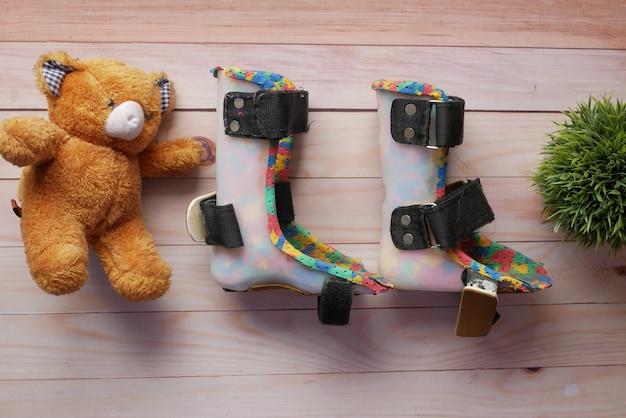 Детская обувь инвалидности церебрального паралича на столе