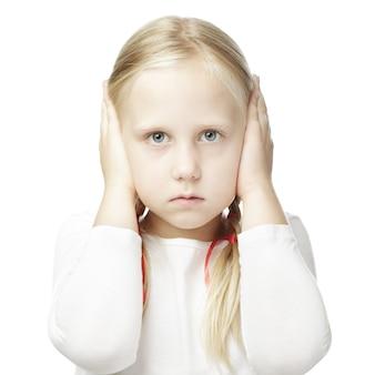 Ребенок закрыл уши руками и ничего не слышит
