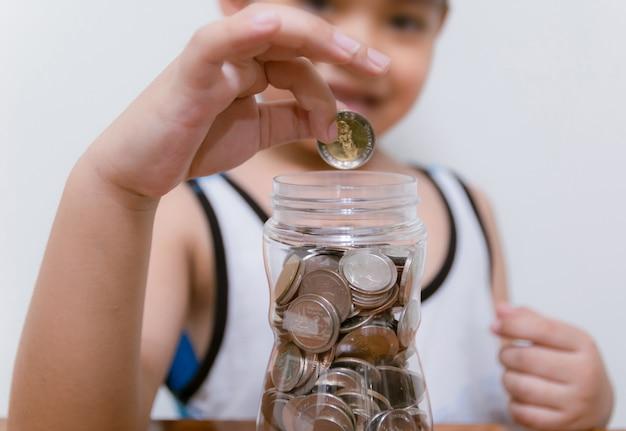 아이는 미래를 위해 저축 돈을 수집