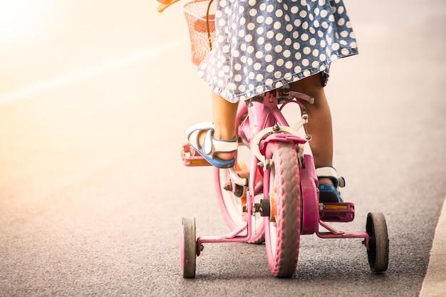 공원에서 어린이 귀여운 소녀 승마 자전거