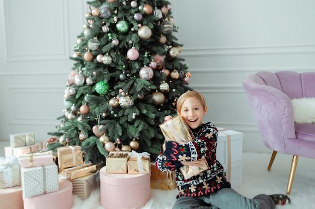 아이는 크리스마스 선물을 즐긴다
