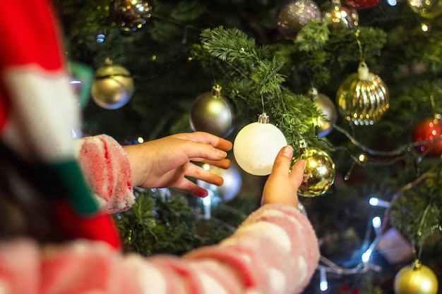 美しいクリスマスツリーを飾る子供