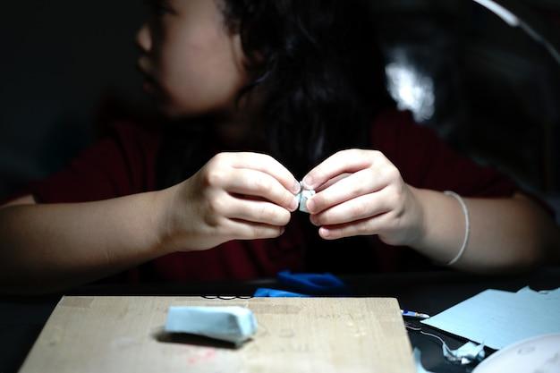 子供は紙からおもちゃを作るための工芸品をします