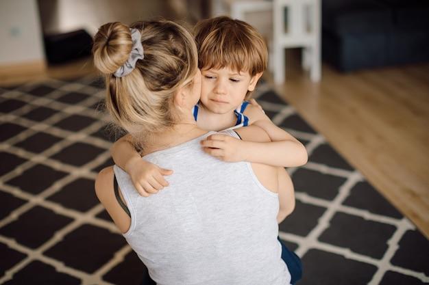 子供は母親を仕事に行かせたくありません、泣き声は気まぐれで、倦怠感と眠気です。就学前の年齢。危機3年。