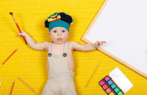 Ребенок рисует карандашами. образовательное времяпрепровождение развивает творческие способности