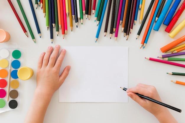 Детский рисунок красочными карандашами