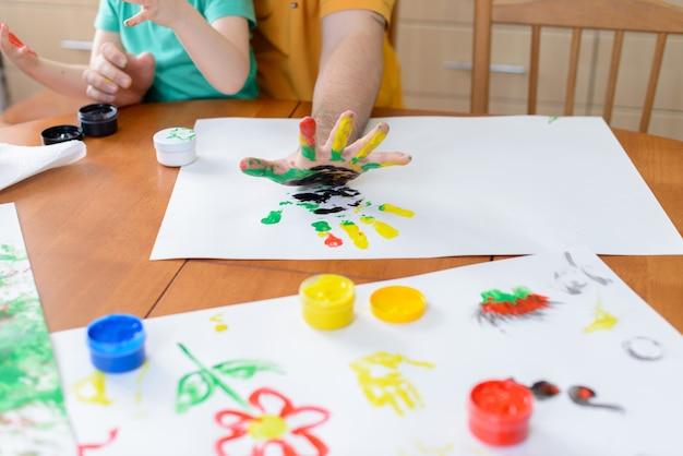 絵の具で描く子供