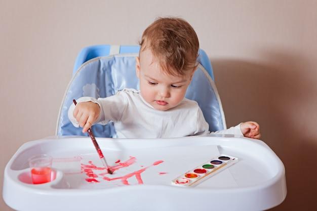 The child draws