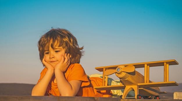 夢を見ている美しい小さな男の子のクローズアップ画像を夢見ている子供