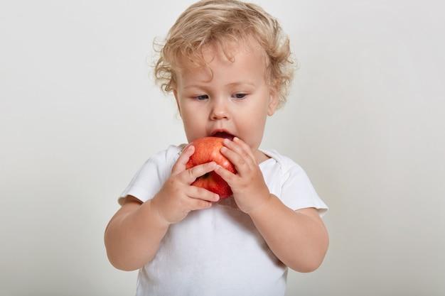 건강한 음식을 먹는 아이, 금발 물결 모양의 머리 유아