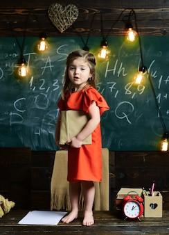 教室での子供の教育概念学童子供生徒小さな女の子が考える