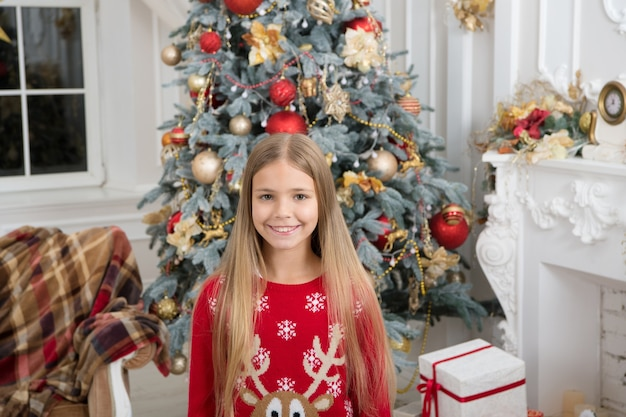 子供は休日のクリスマスツリーを楽しんで、新年あけましておめでとうございます冬のクリスマスオンラインショッピングを提示します