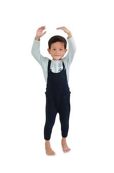아이는 카메라를 보고 손으로 자신의 키를 추정합니다. 아시아 어린 소년 흰색 배경에 고립 된 성장을 측정