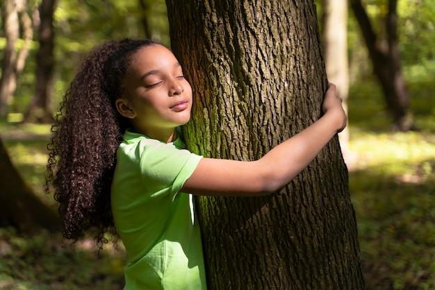 Bambino che esplora la foresta il giorno dell'ambiente