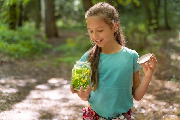 環境の日に森を探検する子供