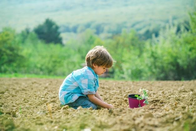 Ребенок-фермер на ферме с сельским фоном, уходом за цветами и поливом беззаботного детства