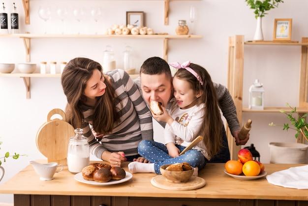 Ребенок кормит родителей на кухне