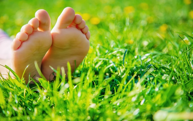 Детские ножки на траве