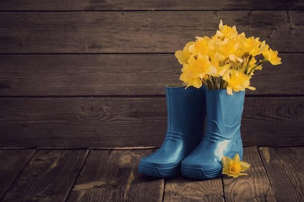 春の花と子供の庭の靴