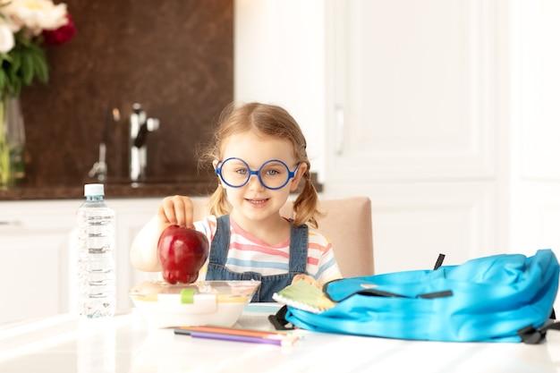 아이 집에서 학교 준비 화창한 아침 부엌 배낭책교육학습 학교로 돌아가기