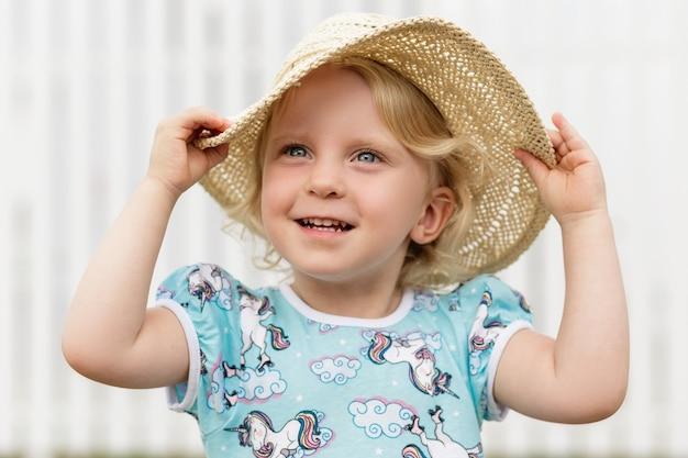 밀짚 모자를 쓴 아이 여자 아기