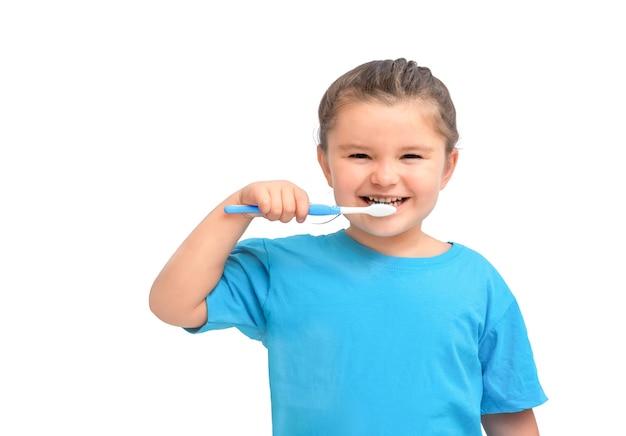 Ребенок девочка чистит зубы, изолированные на белом фоне