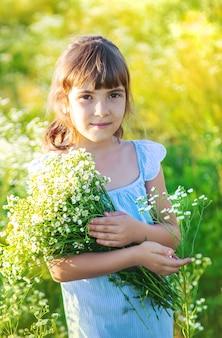 Ребенок девочка в поле ромашки