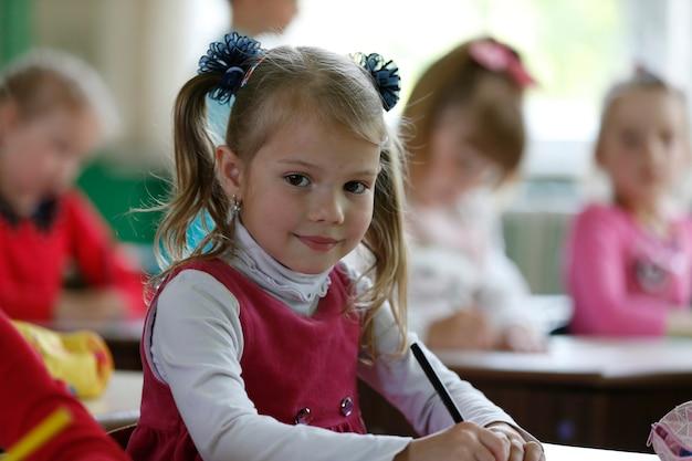 유치원에서 아이 소녀입니다.미취학 아동입니다. 쓰는 법을 배웁니다. 학교 준비입니다. 취학 전 교육