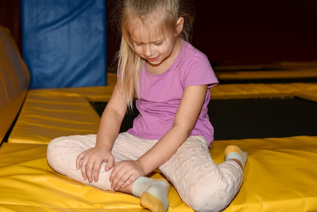 子供の女の子がプレイセンターで足を負傷しました。
