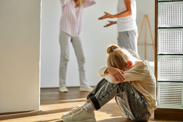 Ребенок девочка устала от семейных конфликтов, развода и концепции детей