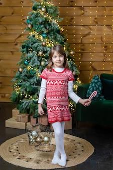 Девушка ребенка на фоне рождества. выборочный фокус. праздничный день.