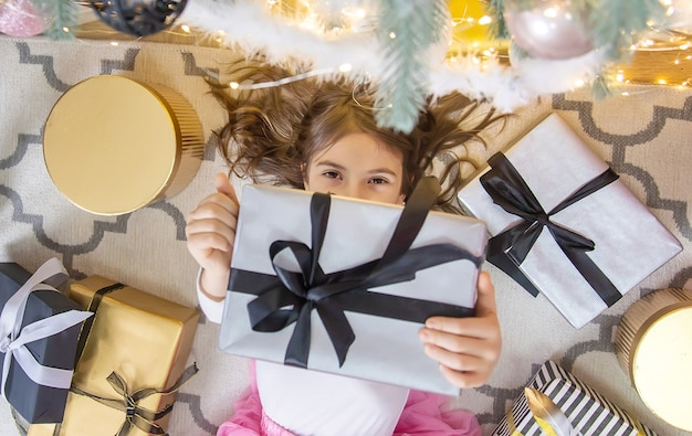 크리스마스 배경에 자식 소녀입니다. 선택적 초점입니다. 휴일.