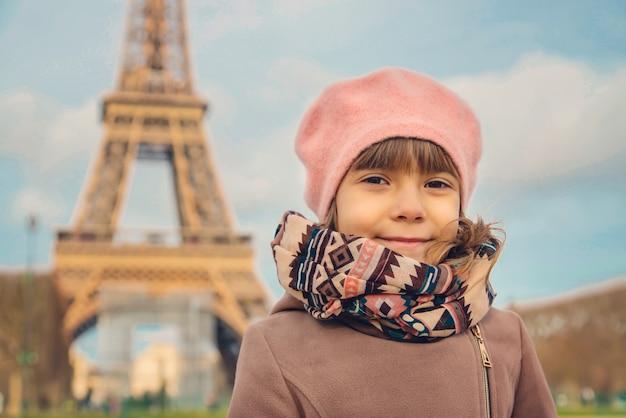 パリのエッフェル塔の子女の子。セレクティブフォーカス。
