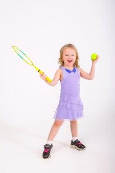 Ребенок девочка теннисный мяч и ракетка белый