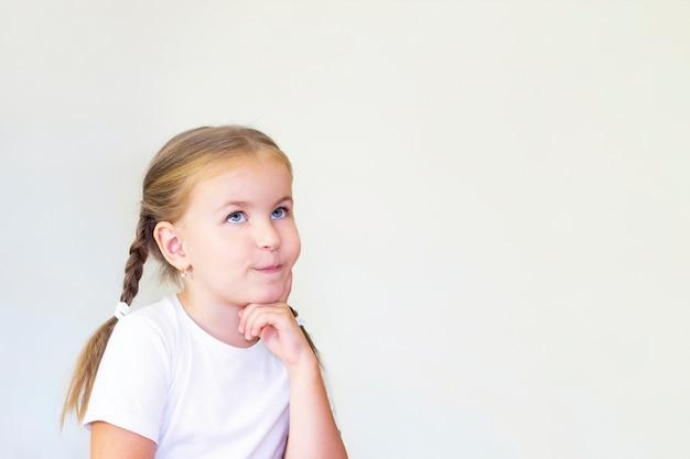 子供の女の子は考えています。