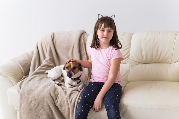 ソファの上にかわいい犬と子供の女の子