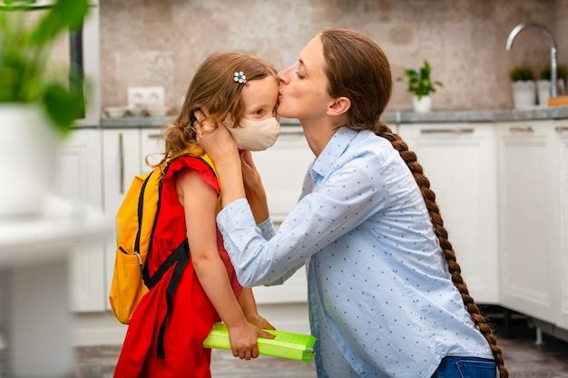 다시 학교에가는 아이. 첫 등교일을 준비하는 아이. 학교나 유치원으로 돌아가기