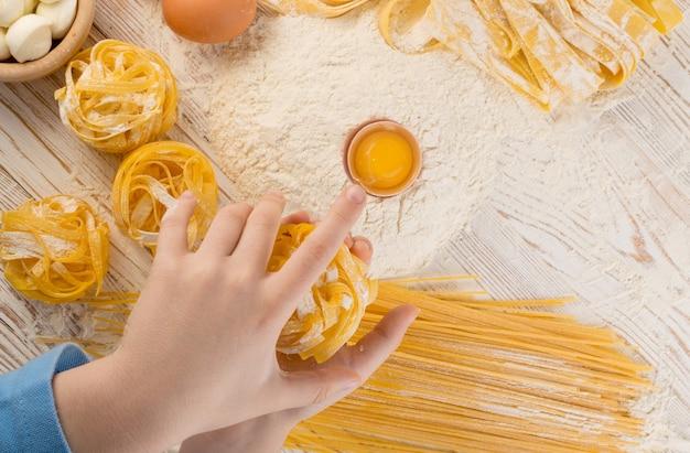 Детская рука, держащая домашнюю пасту