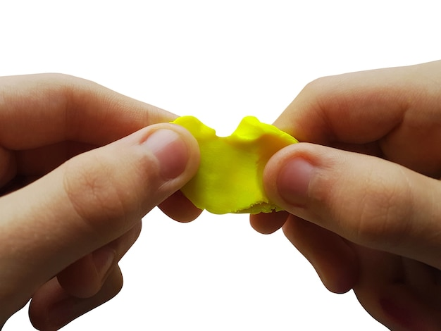 아이 손 모델링 점토 또는 플라스틱으로 장난감 그림 만들기